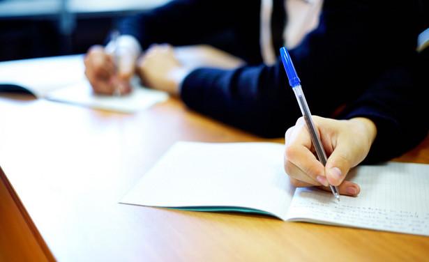 Kontrolerzy wskazują, że próg zdawalności egzaminów potwierdzających kwalifikacje zawodowe wynosi 50 proc. dla części teoretycznej i 75 proc. dla części praktycznej.