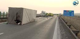 Ciężarówka przebiła bariery na autostradzie i zderzyła się z busem. Dwie osoby nie żyją