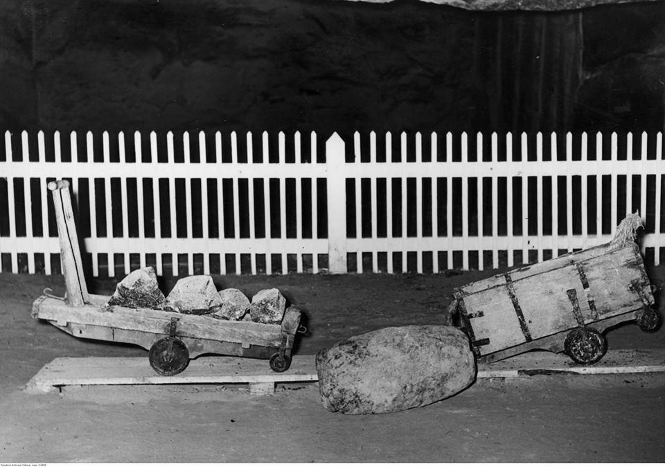 Eksponaty muzealne z kopalni soli w Wieliczce. Widoczne wózki do transportu soli, rok 1940