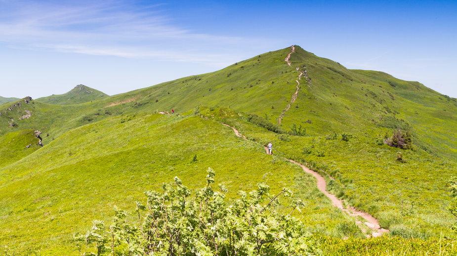 Bieszczady: turyści na szczycie Tarnicy schodzą ze szlaku i zadeptują trawy