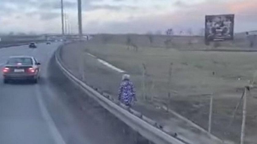 Szokujące nagranie. Dziecko szło samo wzdłuż drogi ekspresowej. Policja szuka rodziców