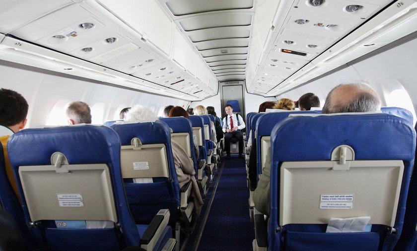 Groza podczas lotu. Pasażer szarpał za drzwi