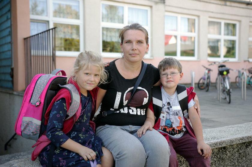 Katarzyna Kunowska (31 l.) z córką Amelką(7 l.) i synem Krzysiem (6 l.)