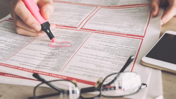 Aby pracownik uzyskał prawo do dni wolnych na poszukiwanie pracy, okres wypowiedzenia musi trwać co najmniej dwa tygodnie.