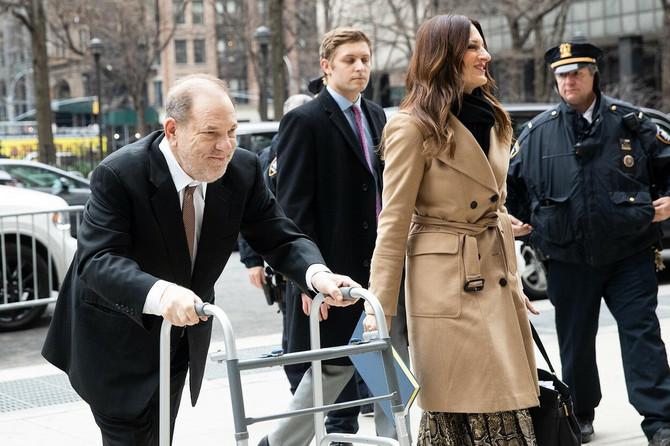 Harvi Vajnstin an sud dolazi uz pomoć hodalice, što neki vide kao još jedan njegov trik da zavara sud, porotu i javnost