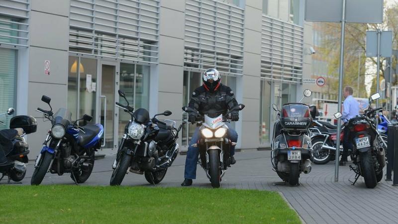 Motocykl zaparkujemy przed wejściem do biurowca