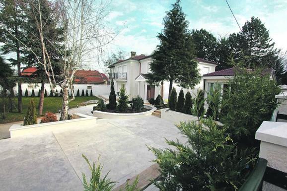 Oko kuće je veliko i uređeno dvorište