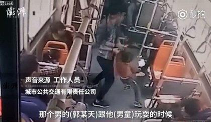 Sceny grozy w autobusie! Wstrząsające nagranie z monitoringu