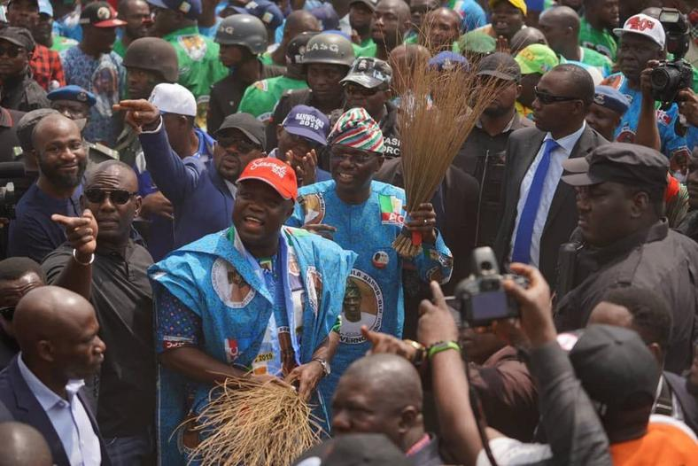 Ambode  acknowledges cheers from APC faithful during flagoff of Lagos campaign rally on January 8, 2019. (Lagos APC)