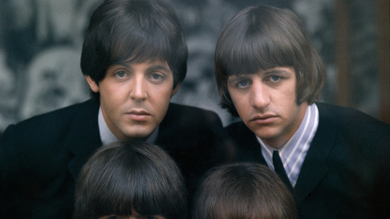 """Choć wydawać by się mogło, że w grupie The Beatles panowała sielanka i radość z bycia na szczycie muzycznego i popkulturowego świata, rzeczywistość wyglądała zupełnie inaczej. – Nie mogliśmy przestać być """"Beatlesami"""", nawet na chwilę – mówił w filmie """"Living in a Material World"""" George Harrison. – Mieliśmy wynajęte całe piętra hotelowe a żeby ze sobą porozmawiać musieliśmy zamykać się we czwórkę w łazience"""