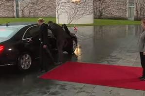 LOŠ ZNAK? Mej došla da moli Merkel za pomoć, ali se ZAGLAVILA U AUTOMOBILU (VIDEO)