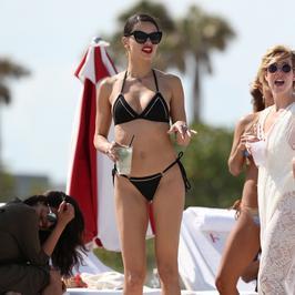 Seksowna Adriana Lima w bikini na plaży