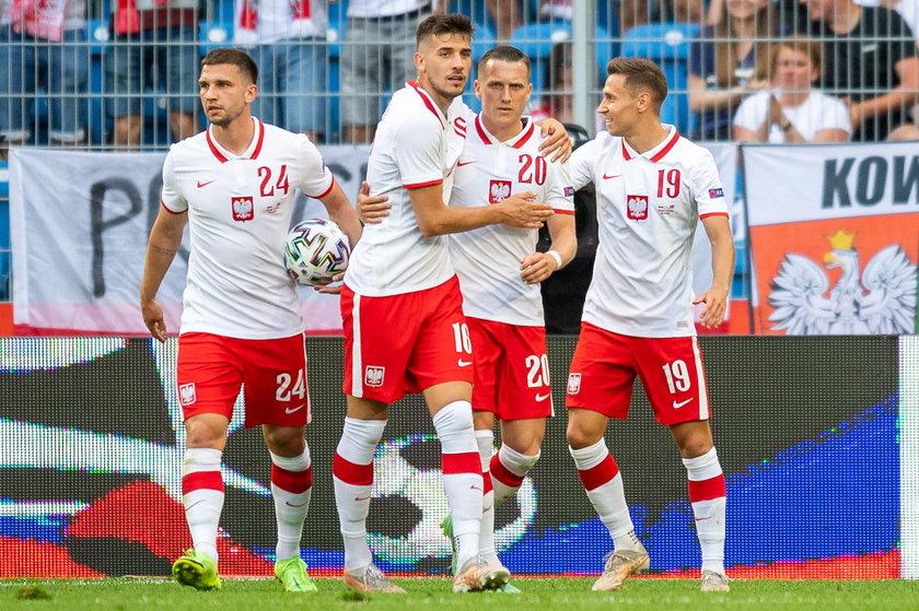 Za wyjście z grupy przy wygranych 3 meczach reprezentanci Polski mogą liczyć na ponad 7 milionów zł do podziału - wylicza portal meczyki.pl