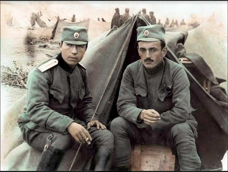 Mihajlo Mihailovic Mika Afrika i Dusan Vukelic clanovi Kinematografske sekcije srpske vojske