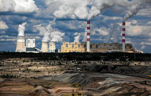 Historia elektrowni zaczęła się, gdy w latach 60-tych w czasie poszukiwania gazu ziemnego natrafiono na złoże węgla brunatnego. Powstała kopalnia odkrywkowa, a węgiel z niej miał zasilać elektrownię. Pierwszy blok energetyczny zaczął działać w 1981 r., a pod koniec lat 80-tych Bełchatów pracował już pełną parą. Obecnie ponad jedna piata prądu w krajowej sieci bierze się właśnie stąd. Na zdjęciu: Elektrownia Bełchatów