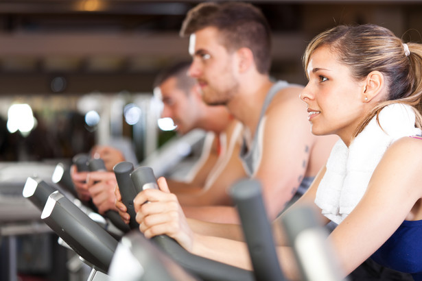 W ostatnim tygodniu czerwca prezes Urzędu Ochrony Konkurencji i Konsumentów wszczął precedensowe postępowanie antymonopolowe przeciwko 16 przedsiębiorcom, których podejrzewa o zmowę na rynku fitness.