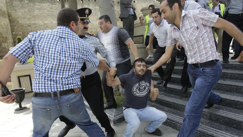 Pacyfikowanie antyrządowej demonstracji w Baku,fot.Reuters