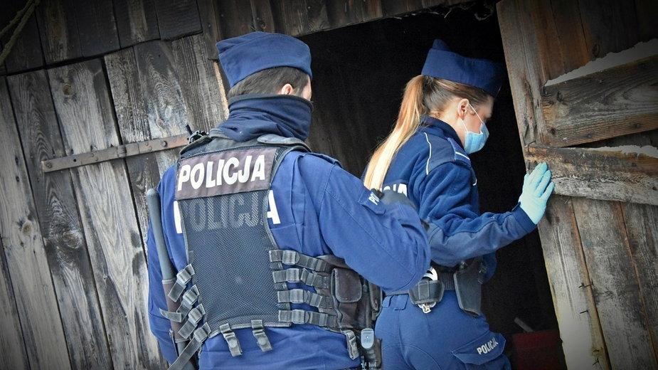 Policjanci sprawdzają miejsca, gdzie mogą przebywać bezdomni