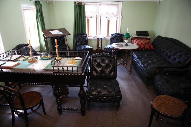 Dom Tolstojevih nalazi se u ulici Lava Tolstoja 21 (Lva Tolstogo), a najbliža stanica metroa je Park kulture. Otvoren je svakog dana osim ponedeljkom i poslednjeg petka u mesecu, a radi od 10 do 18h