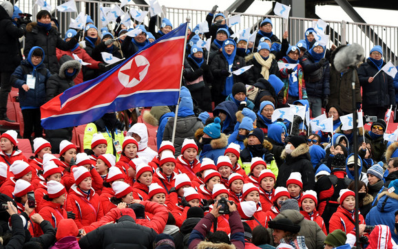 Navijačice Severne Koreje, naravno - u crvenom