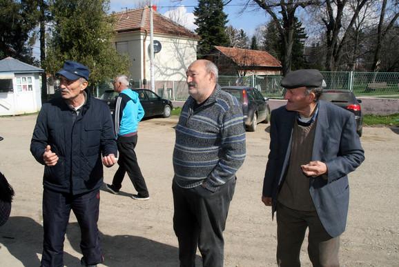 Meštani sela Drugovac Zoran Jovanović (levo) i Živoslav Jocić (u srediini)