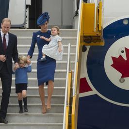 Księżna Kate i książę William z dziećmi w Kanadzie. Książę George i księżniczka Charlotte gwiazdami na lotnisku. Są przesłodcy!