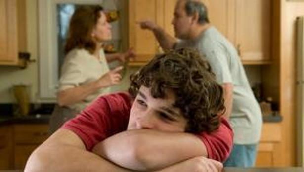 Mężczyzna podejrzewał swoją żonę o zdradę, ponadto miał problemy finansowe. Gdy pewnej nocy wrócił pijany do domu, chwycił za taboret i zaczął nim bić swoją śpiącą żonę