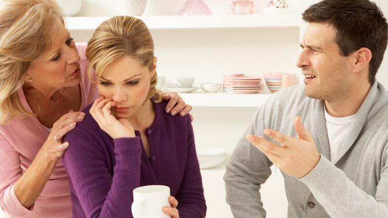 """Nawet jeśli mężczyzna nigdy nie usłyszał takich stwierdzeń z ust teściowej, wielu z nich twierdzi, że """"czuje to przez skórę"""" i bardzo źle to znosi"""