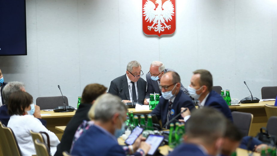 W centrum przewodniczący komisji finansów, poseł PiS Henryk Kowalczyk