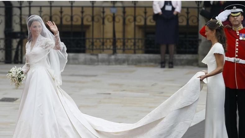 Suknia ślubna Kate Middleton. Projektantka tej kreacji została uhonorowana nagrodą