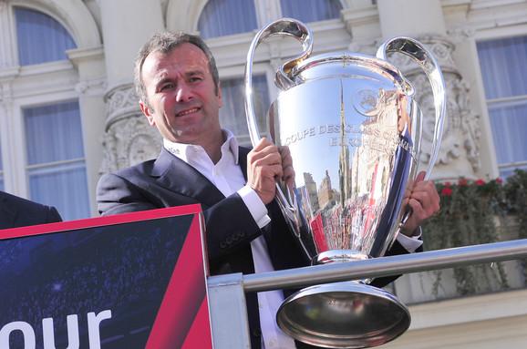 Dejan Savićević, koji danas slavi 52. rođendan, sa peharom namenjenim pobedniku Lige šampiona, koji je on osvajao kao igrač Crvene zvezde i Milana