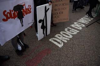 'Czarny protest' przed siedzibą 'Solidarności' w Gdańsku