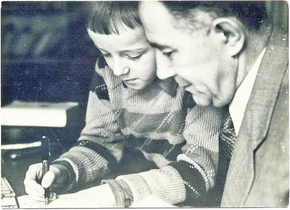 Đilas sa sinom Aleksom, septembar 1961, Bijelo Polje. Prenos kostiju Đilasovog oca majora Nikole Đilasa iz Bijelog Polja u rodno selo Podbišće kod Mojkovca. Nikolu su nenaoružanog oktobra 1943 ubili albanski fašisti u selu Srbica kraj Kosovske Mitrovice
