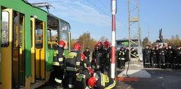 Strażacy wyciągali poszkodowanego spod tramwaju