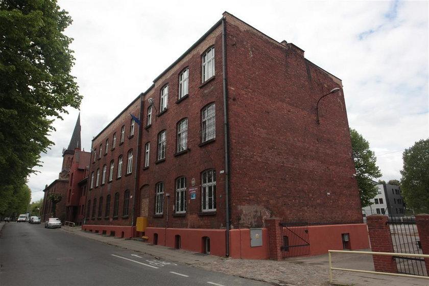 Budynek szkoły. Mieści się tu teraz gimnazjum