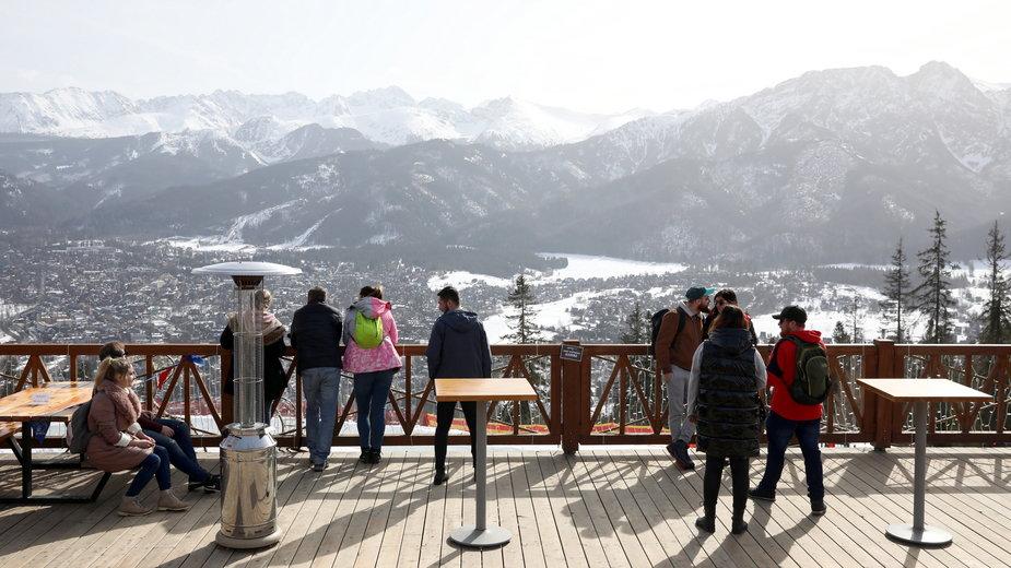 Turyści podczas wypoczynku w Zakopanem