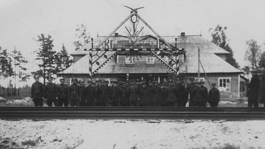 Fotografia grupowa żołnierzy Korpusu Ochrony Pogranicza przed strażnicą w okolicy Stołpc, 1926 r.