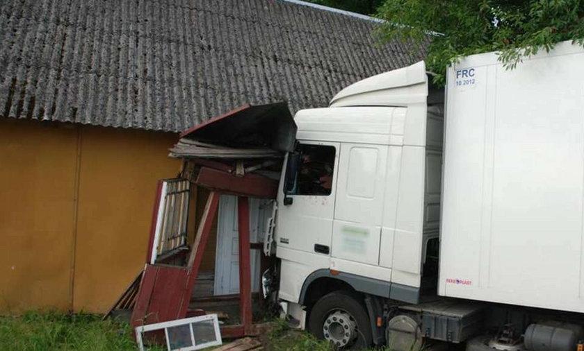 Tir wjechał w dom! Kierowca zasnął! FOTO