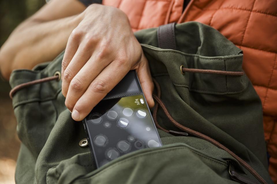 Oto Light L16 - aparat wielkości smartfona, który ma tylko przycisk do naciskania spustu migawki, a resztę funkcji obsługuje się na ekranie dotykowym.