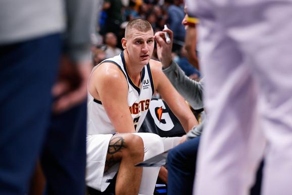 """Potez o kojem bruji NBA! BACIO NIKOLU JOKIĆA NA POD i odmah došao u centar pažnje! Srbin """"proslavio"""" Finca, odigrao još jedan sjajan meč, ali NE MOŽE SAM - Klivlend odneo pobedu iz Denvera! /VIDEO/"""