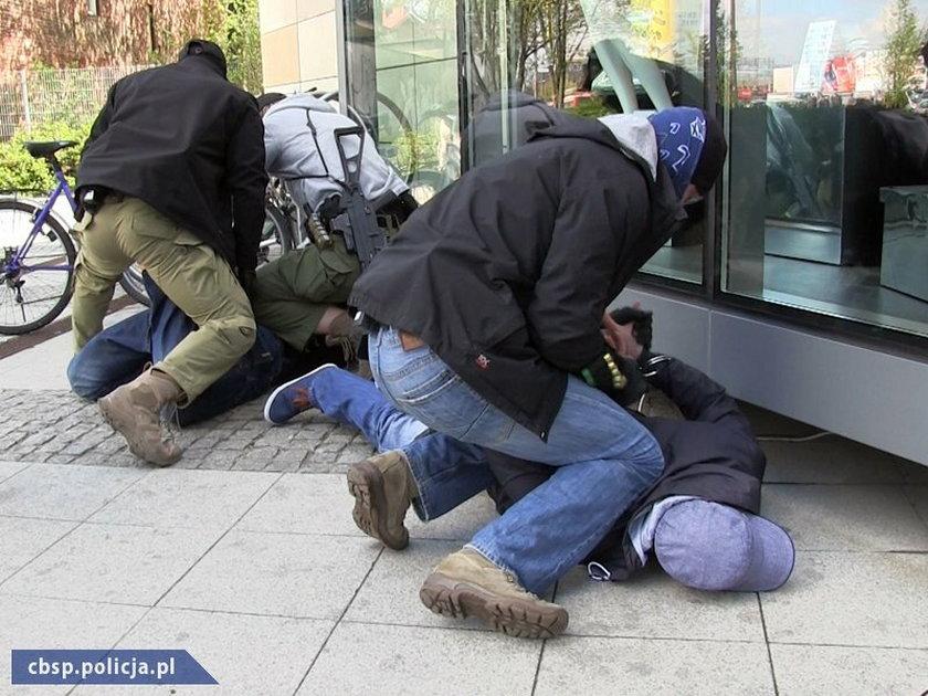 Akcja funkcjonariuszy CBŚ przed Galerią Bałtycką