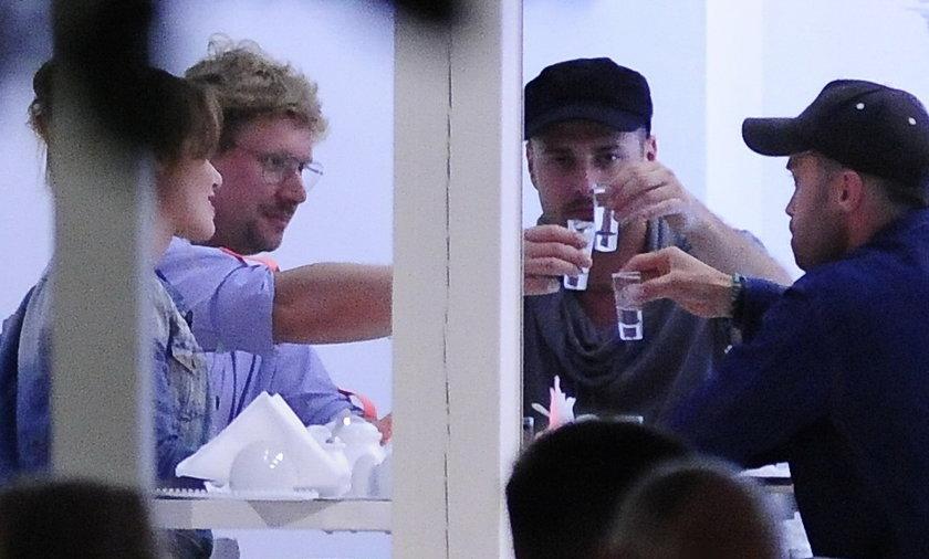 Paweł Małaszyński, Andrzej Nejman, Maciej Zakościelny i Marta Żmuda Trzebiatowska piją wódkę