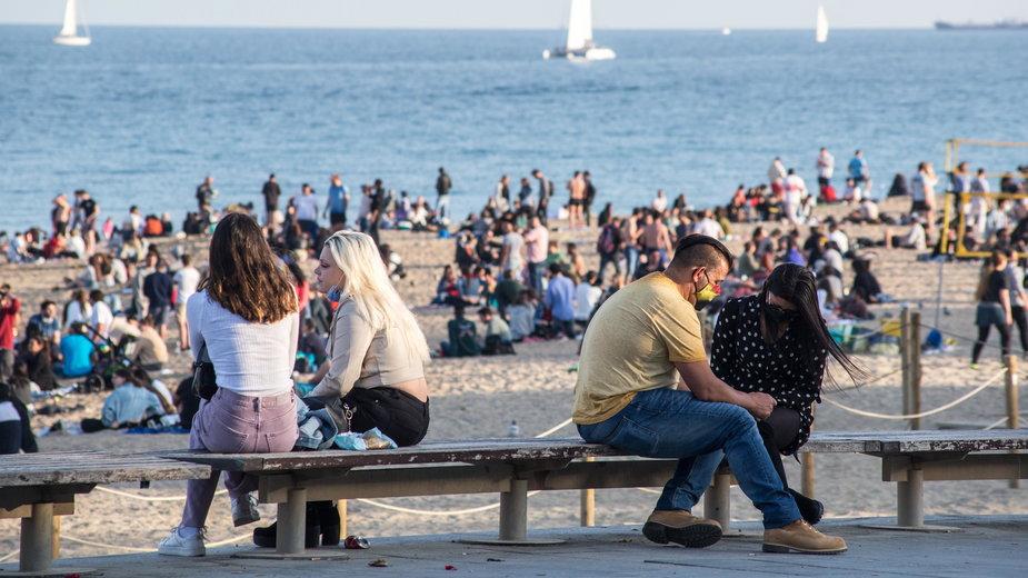 Tłumy na plaży w Barcelonie