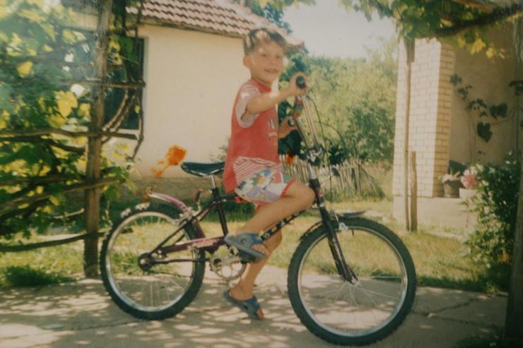 Luka Jović kao dete u crvenom pasatu