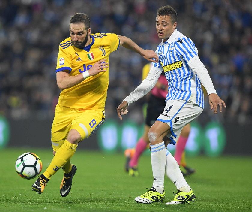 180318 FERRARA March 18 2018 Juventus Gonzalo Higuain L vies with Spal s Thiago Cionek d