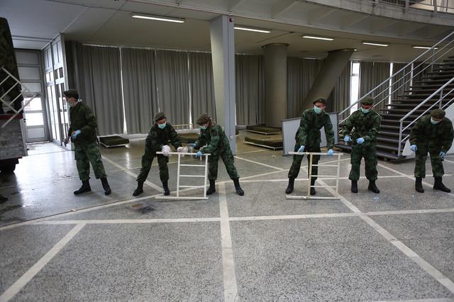 Pripadnici Vojske Srbije pomagali su u postavljanju improvizovanih bolnica
