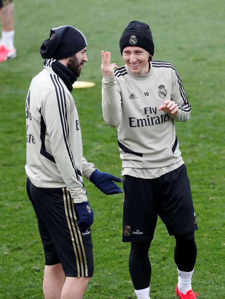 Karim Benzema i Luka Modrić razgovaraju na treningu Real Madrida