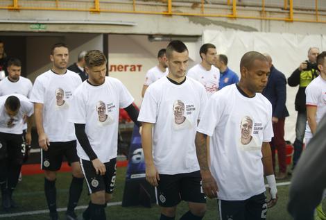 Fudbaleri Partizana u majicama sa likom ubijenog vođe navijača