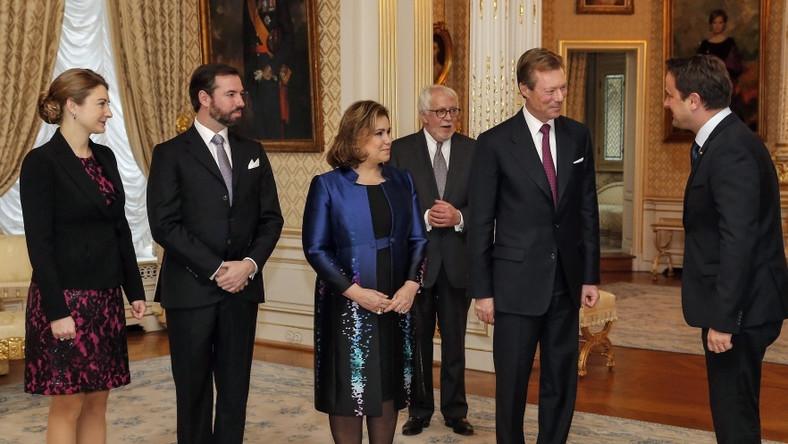 Tradycyjna noworoczna audiencja była dla księżniczki Stefanii (pierwsza od lewej) okazją do zaprezentowania się w nieprzyzwoicie krótkiej - jak na standardy protokołu - sukience...