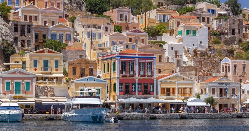 Grecja. Turystyczna miescowość Symi na greckiej wyspie Symi.